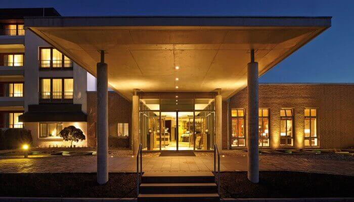 AALERNHÜS hotel & spa – Eingangsbereich bei Nacht