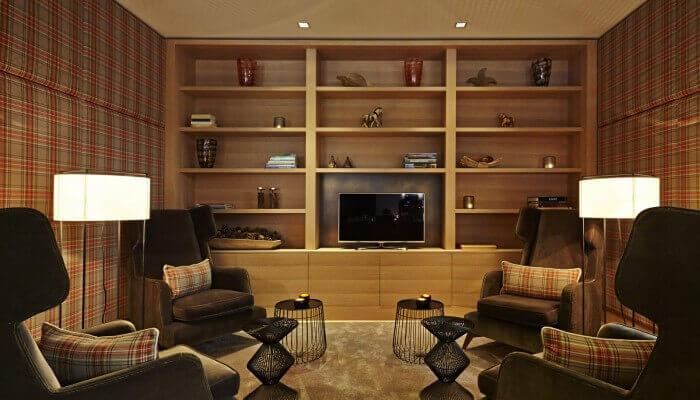 AALERNHÜS hotel & spa – Bibliothek mit Ohrensesseln