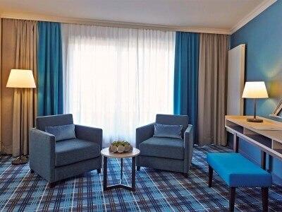 Aalernhüs Junior Suite – Lounge mit Sitzecke, Schreibtisch und Flachbild TV