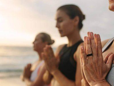 Hotel Angebote Yoga drei Frauen stehend