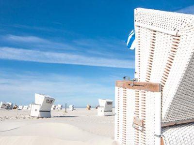 Strand, blauer Himmel und Strandkorb