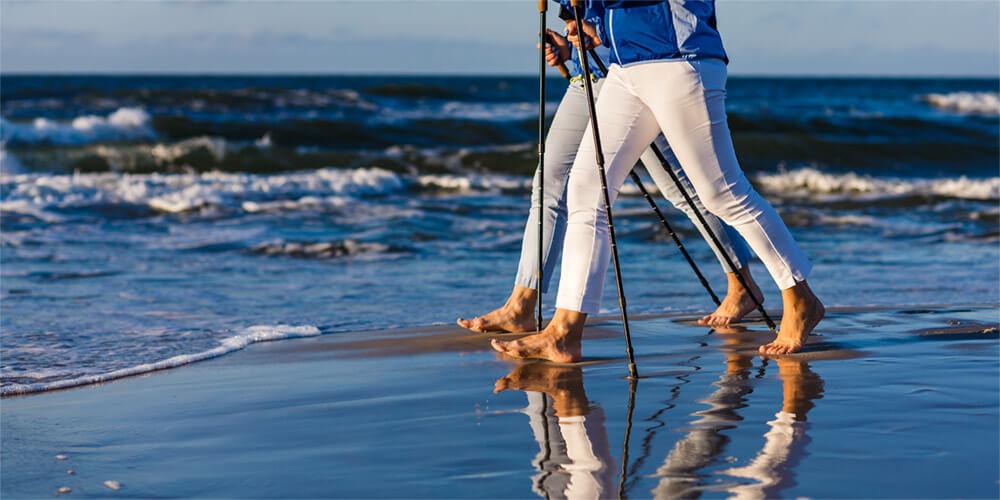 personen laufen am strand im wasser